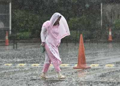 A woman crosses a road during Monsoon rain, in New Delhi.Photo/Arun Sharma)(