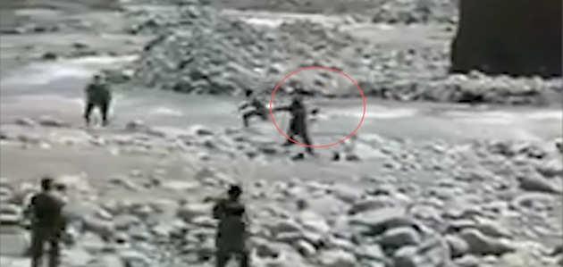 VIDEO: नदी में बहती जा रही युवती को ह्युमन चेन बना CRPF जवानों ने बचाया