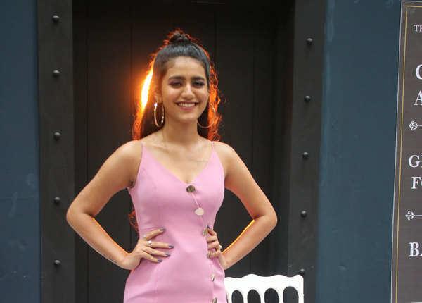सेट पर पोज देती दिखीं प्रिया प्रकाश
