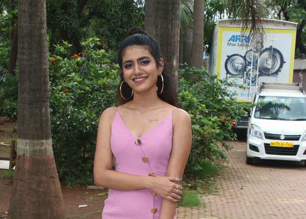 पिंक ड्रेस में प्रिया