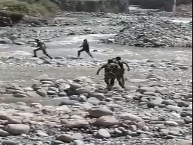 नदी में छलांग लगा बचाई जान