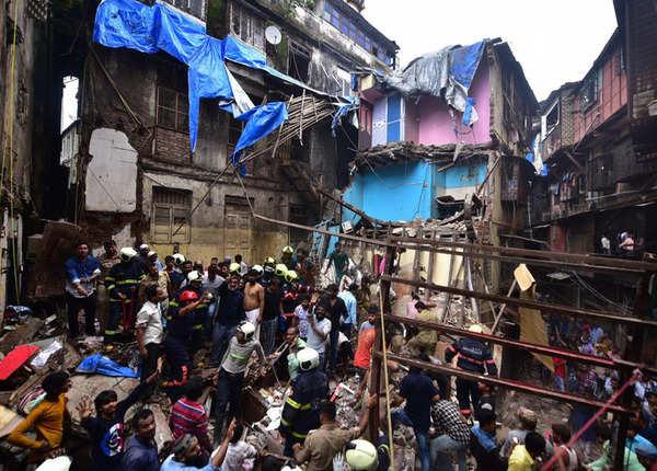 मुंबई: डोंगरी में जमींदोज 100 साल पुरानी इमारत, तबाही का मंजर