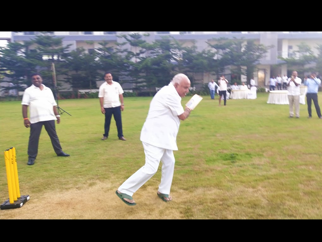 बल्लेबाजी में हाथ आजमाते बीएस येदियुरप्पा