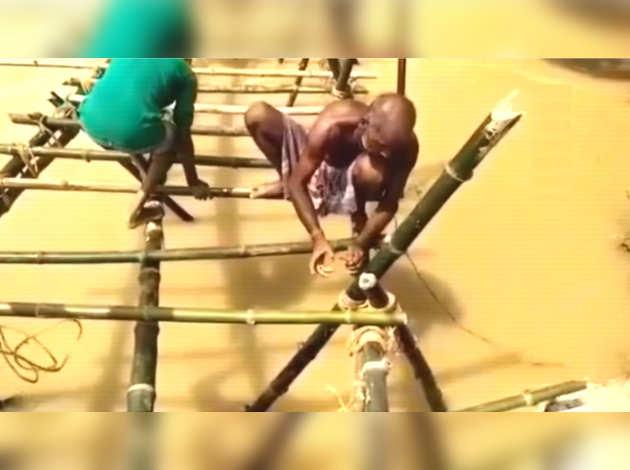 ग्रामीणों ने बाढ़-प्रभावित दरभंगा में बांस के पुल का किया निर्माण