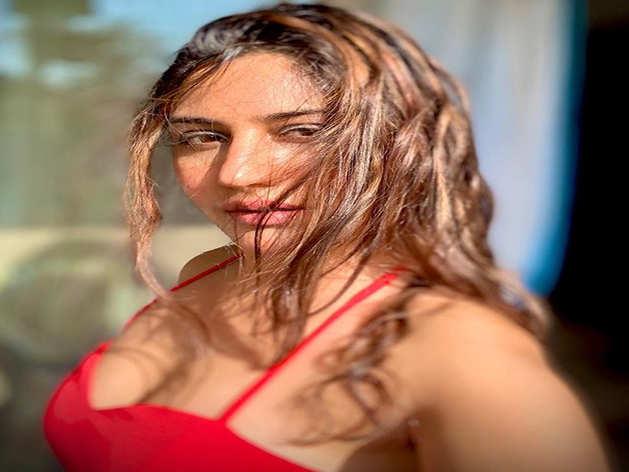 देखें, संजीवनी वाली वाली Surbhi Chandna के सेक्सी डांस मूव्स
