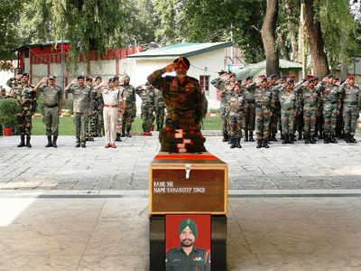 श्रीनगर में सैन्य अफसरों ने दी श्रद्धांजलि
