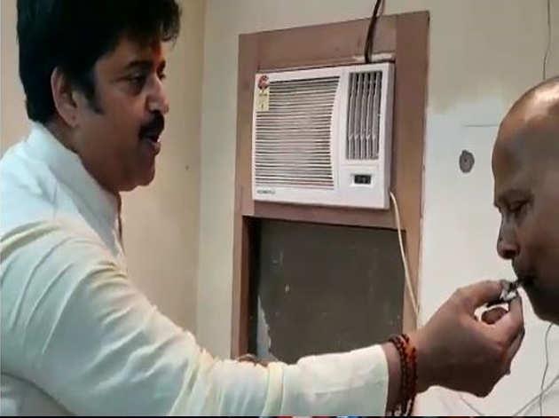 समर्थक को केक खिलाते रवि किशन
