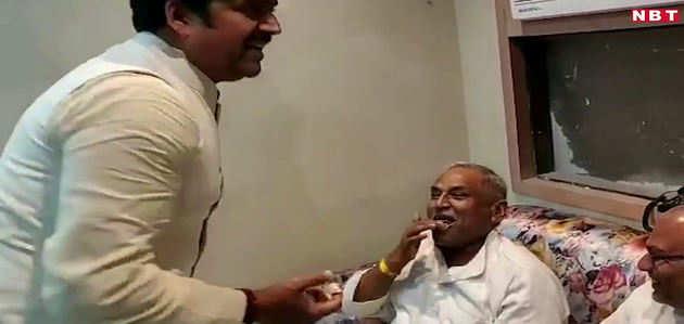 बर्थडे पर रवि किशन ने पुलिस वाले को केक खिलाकर दिया चुनाव जिताने का धन्यवाद