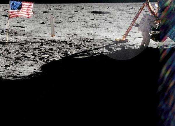 चांद की सतह पर आर्मस्ट्रॉन्ग