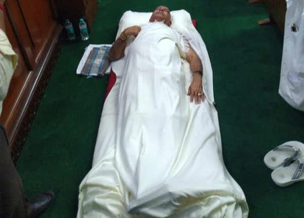 सदन में ही चादर तकिया लेकर सो गए येदियुरप्पा