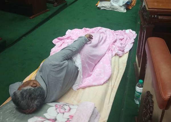 जिसे जहां जगह मिली, वह वहीं सो गया