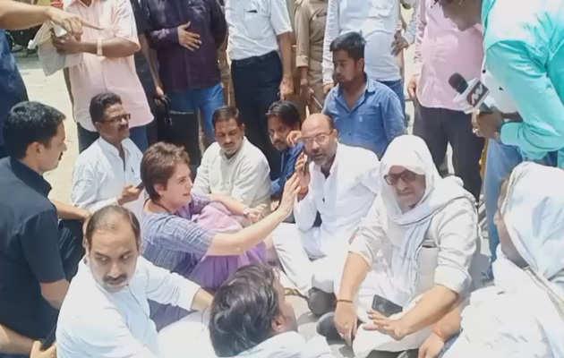 सोनभद्र जाने से रोके जाने पर कांग्रेस महासचिव प्रियंका गांधी वाड्रा वाराणसी में धरने पर बैठीं