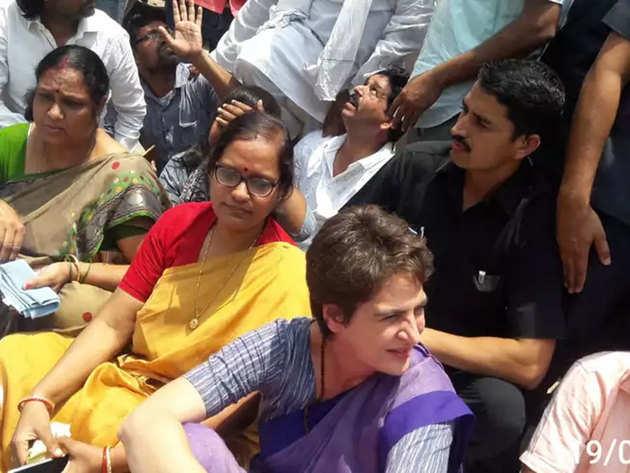 धरने पर बैठ गईं प्रियंका गांधी