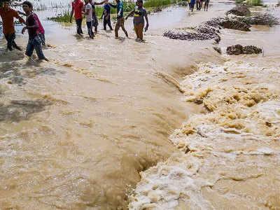बिहार में बह रहा बाढ़ का पानी