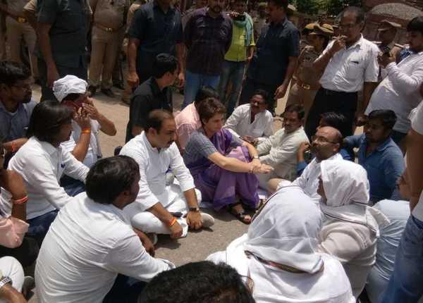 कांग्रेस वर्कर्स के साथ धरने पर बैठीं प्रियंका