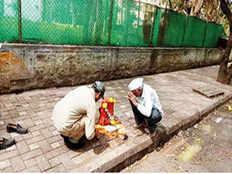 लोगों को कूड़ा फेंकने से रोकने के लिए सड़क पर रखे 'भगवान', लोग पूजा करने लगे
