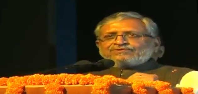 'सुपर 30' देखने पहुंचे बाढ़-पीड़ित बिहार के डिप्टी CM सुशील मोदी, बोले- एक साथ कई काम किए जा सकते हैं