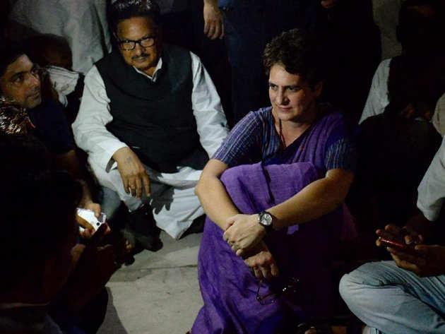 चुनार गेस्ट हाउस में कांग्रेस नेताओं के साथ प्रियंका गांधी