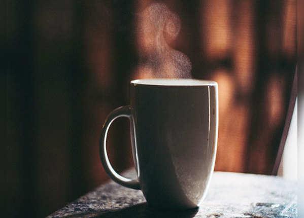 खाली पेट गर्म पानी पीने के हैं कई फायदे