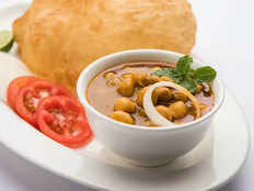 must eat delicious chole bhature of delhi