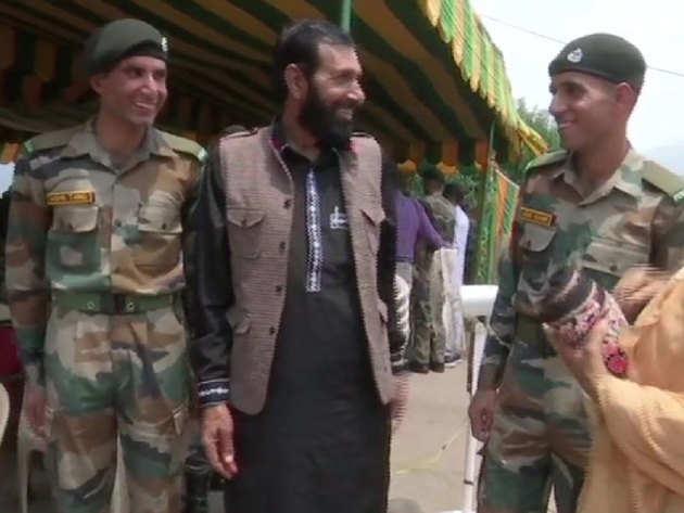 सेना में भर्ती के दौरान पिता हनीफ के साथ शब्बीर और तारिक