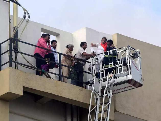 बिल्डिंग से 84 लोगों को सुरक्षित निकाला गया