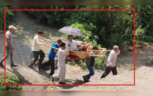 जम्मू कश्मीर के एक अधिकारी पालकी पर सवार होकर निकले जनता का दुख दर्द समझने