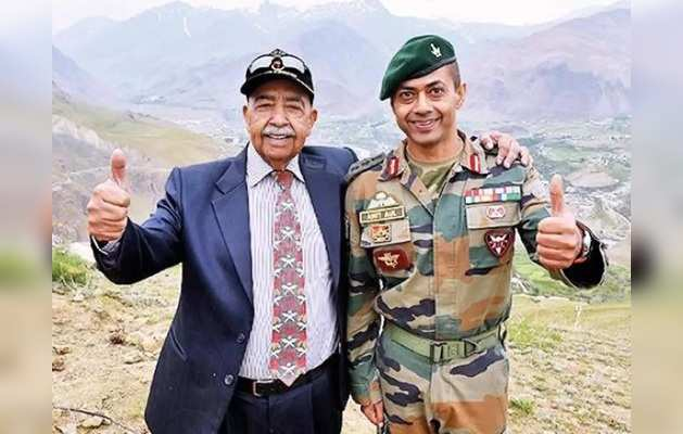 लेफ्टिनेंट जनरल औल अपने बेटे अमित औल के साथ