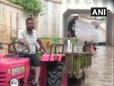 ट्रैक्टर ने कार को खींचकर पानी से बाहर निकाला
