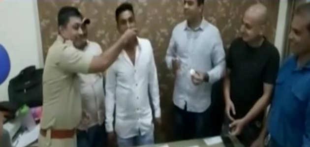 मुंबई: पुलिस ने थाने के अंदर अपराधी का मनाया जन्मदिन, दिये गए जांच के आदेश
