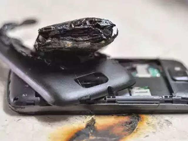 चार्जिंग में लगे मोबाइल फोन ने ली युवक की जान, कभी ना करें ये गलती