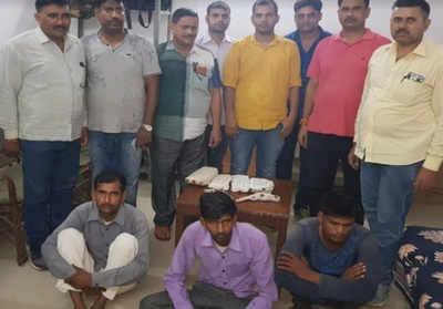 गिरफ्तार अभियुक्तों के साथ पुलिस टीम