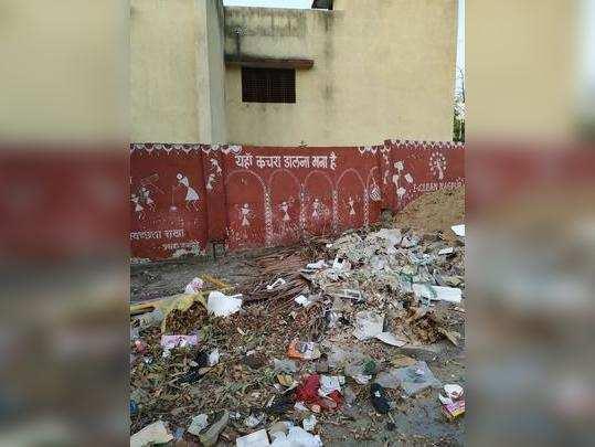 शाळेजवळ कचऱ्याचे ढीग