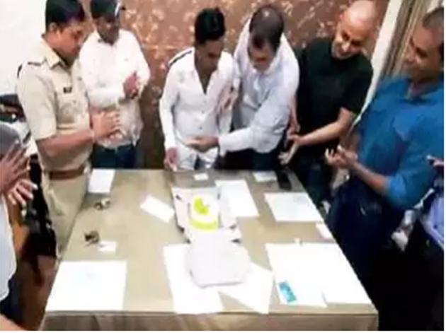 आरोपी का जन्मदिन मनाते पुलिसकर्मी