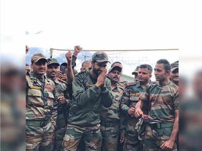 इंडियन आर्मी के जवानों के साथ विकी कौशल