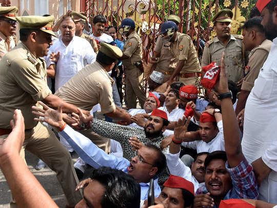 रामपुर में प्रदर्शन करते एसपी कार्यकर्ता