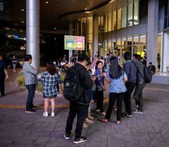 Orang Indonesia terlindung di jalan akibat gempa