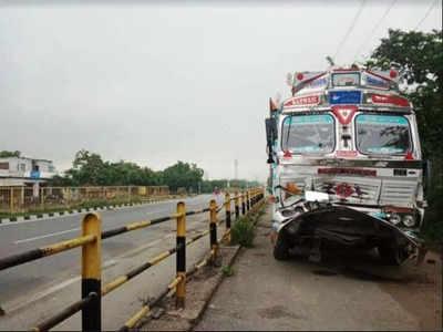 पीछे से आ रहे ट्रक ने ट्रॉली में टक्कर मार दी