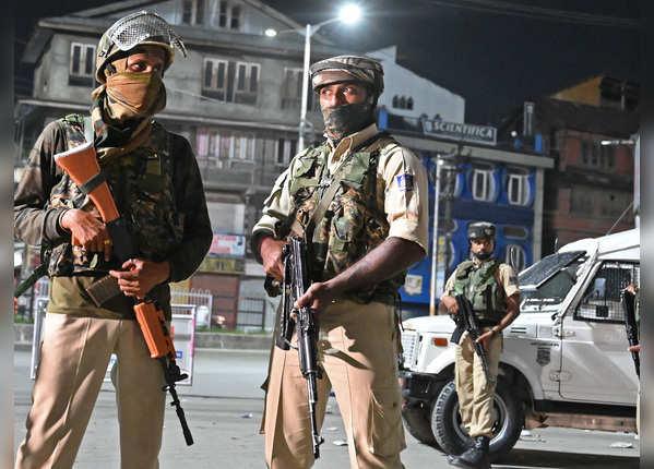 तस्वीरें: कश्मीर में सुरक्षा, सन्नाटा और जल्दी से निकल जाने की होड़