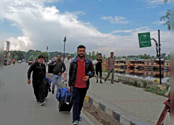 कश्मीर से निकले पर्यटक