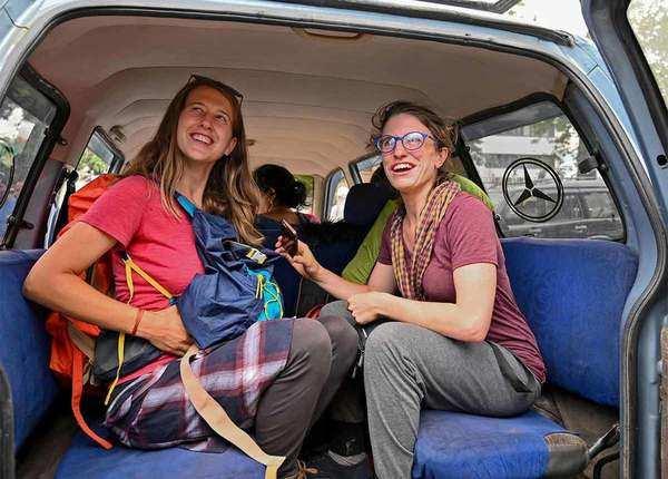निकलने की जल्दबाजी में विदेशी पर्यटक