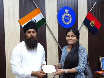 एसपी आस्था मोदी ने प्रगट सिंह को सम्मानित किया