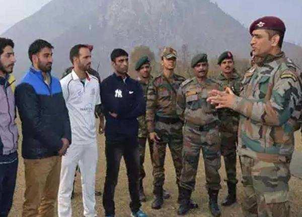 कश्मीर के युवा क्रिकेटर्स से बात करते धोनी