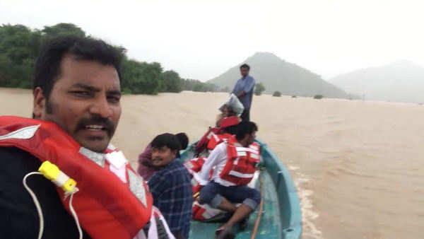 journalist ashok vemulapalli risky journey in godavari floods