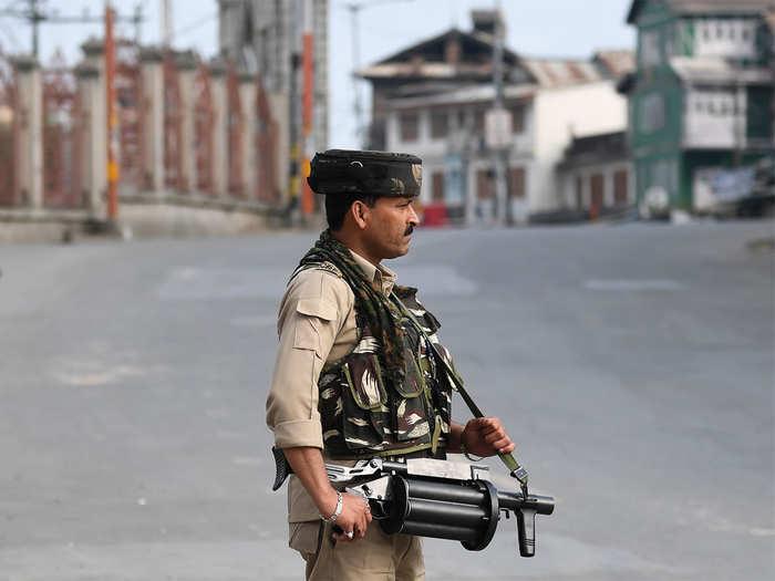 कश्मीर में सुरक्षा ड्यूटी पर खड़ा एक जवान