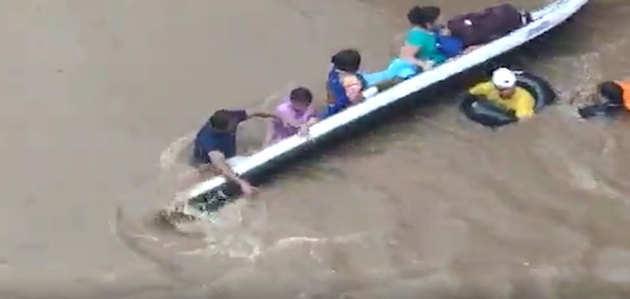 विडियो: बाढ़-प्रभावित इलाके में महिलाओं को ले जा रही नाव पलटी