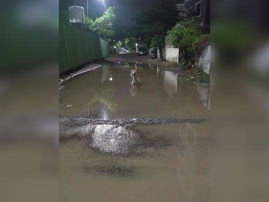 रस्त्यावर साचले पावसाचे पाणी