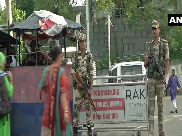 कश्मीर: पटरी पर लौट रही जिंदगी, घरों से बाहर निकले लोग, आज देश को संबोधित कर सकते हैं पीएम