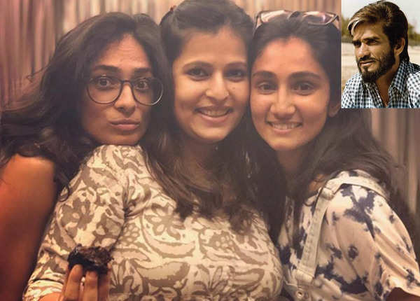 'सांभा' की बेटियां मंजरी और विनती