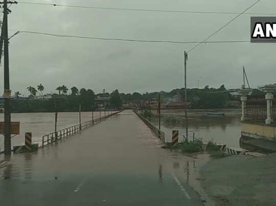 भरतप्पुजा नदी में आई बाढ़ से पतंबी पुल भी ओवरफ्लो हो गया